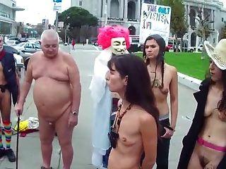 مشعر نساء مع صغير فارغ ساجي الثدي عارية في جمهور