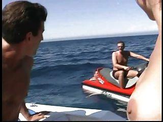 ريان كونر الملاعين في قارب.