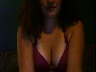 الشعر الأحمر فتاة الحب للعب مع لها الثدي