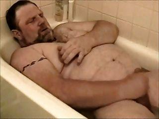 يتحمل الدب في الحوض