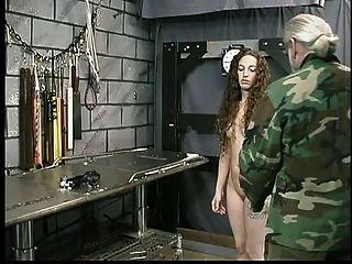 لطيف الشباب سمراء مع الوشم هو ضبط النفس من قبل سيد لين في زنزانة