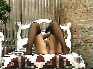 مفلس امرأة سمراء يلعب معها لطيف الحمار وينتشر الخدين