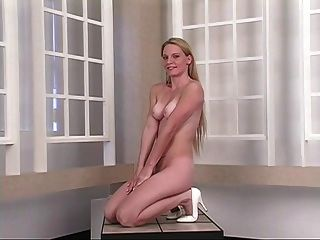 حار شاب شقراء ينتشر لها ضيق الحمار الخدين أمام المرآة