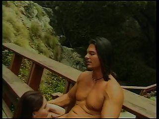 سمراء فاتنة مع الثدي الصغيرة يحصل لها كس يمسح و مارس الجنس