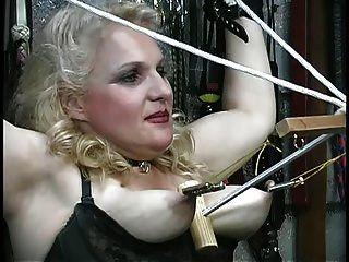 مفلس شقراء يحصل لها الثدي أساء، يلعب مع الحبال في زنزانة