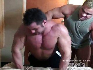 كمال الاجسام ضخمة العبادة العضلات عارية