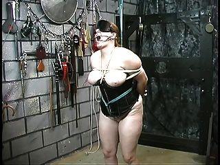 لطيف الفتاة الرقيق سميكة في مشد هو ضبط النفس وإهانة سيدها