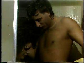 إليز اللسان في الحمام مع المسامير الطويلة