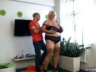 ضخمة تيتد ببو وقحة يحصل مارس الجنس من الصعب