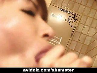 لطيف اليابانية فاتنة تمتص الديك غير خاضعة للرقابة