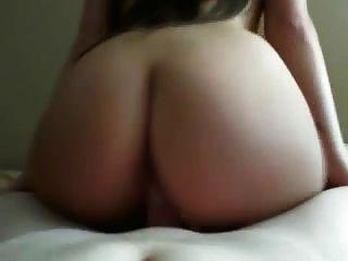 الشعر الداكن فتاة إعطاء الرأس و ممارسة الجنس