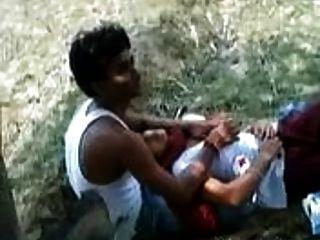 فتاة هندية تسمح للعب حبيبتها معها الثدي في حديقة