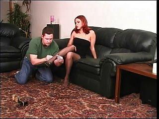 مثير أحمر الشعر في النايلون اللعب مع لها الرجل