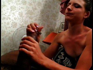 الحلق العميق سلوتس تشوكرس شاق مارس الجنس بواسطة غاي على ال سرير