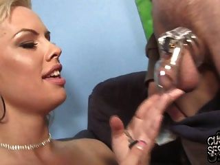 وقحة زوجة مارس الجنس من قبل الطبيب الأسود أمام الديوث