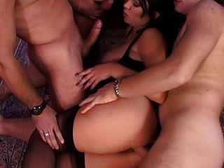 ثلاثة رجل وفتاة واحدة الحصول على البرية