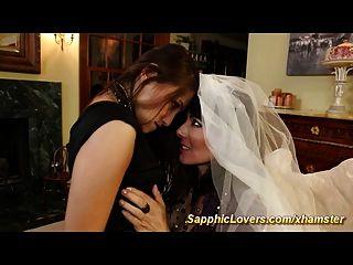 العروس هو وجود مثليه الجنس مع أفضل صديق لها