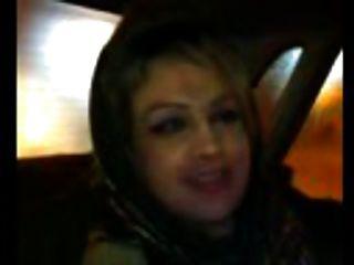 الهواة بلوجوب العربية في سيارة أجرة