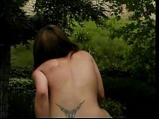 رائع صغير حلمة الثدي غريبة فتاة يحصل لها كس و فم مارس الجنس خارج
