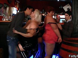 السيدات الدهون وقتا ممتعا في الحزب