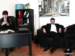 سيدة الأعمال الساخنة يأخذ اثنين ديكس