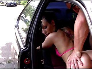 شعر الألمانية فتاة مارس الجنس في السيارة