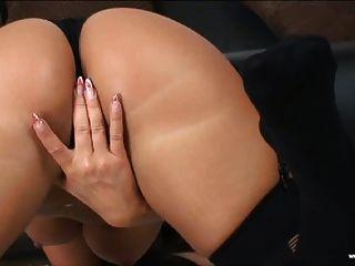كريستينا بيلا في جوارب سوداء