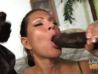 ناضجة مفلس أمي مارس الجنس من قبل اثنين من السود في الجبهة من ابنه