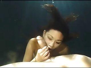 الآسيوية الجمال تحت اللسان