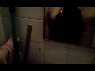 وقحة مص ديك في الحمام