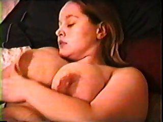 إميلي الأصابع نفسها على السرير