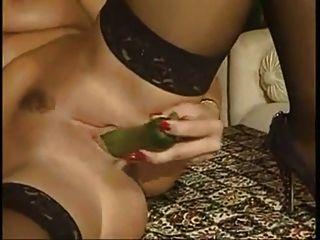 صور تبادل لاطلاق النار مع الخضروات يثير نموذج الفتيات.
