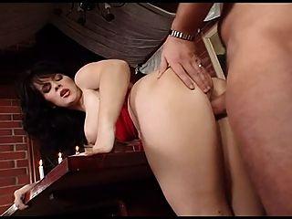 مفلس امرأة سمراء مع حمالة الصدر حمراء