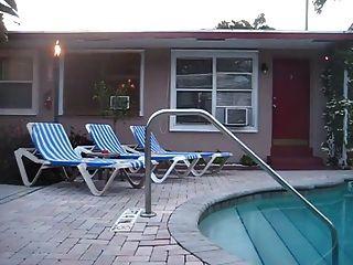 الجير عارية من قبل حمام سباحة الفندق