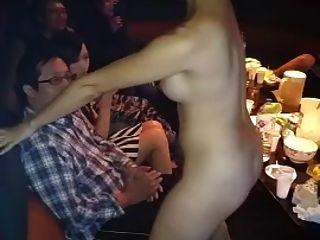 عارية الآسيوية فتاة اللفة الرقص