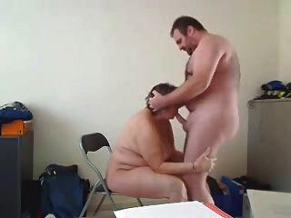 ربة منزل يجعل اللسان جيدة ويحصل مارس الجنس من الخلف