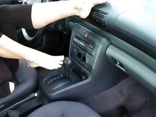 أقدام جميلة في سيارة
