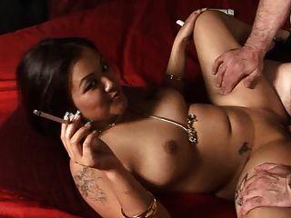 ليلاني لي التدخين صنم في دراغينلاديز
