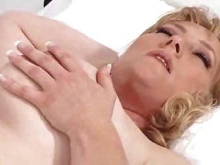 ممرضة جيدة يعتني المريض
