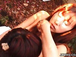 الآسيوية فتاة غير مارس الجنس في الحديقة على بعض الأوراق