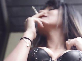 صديقي عايدة يدخن السجائر الحسية في مشد الجلد