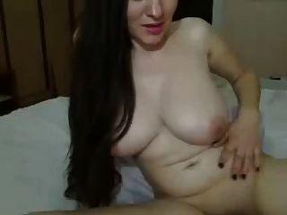 طويل الشعر الداكن فتاة، كبير الثدي على السرير التمسيد كس