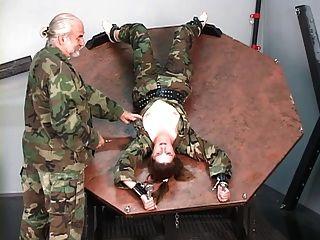 ضبط النفس الجندي فتاة يحصل لها الثدي باريد و نيبس تعذيب من قبل سيد