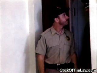 بيفي الجلود تحمل الملاعين شرطي
