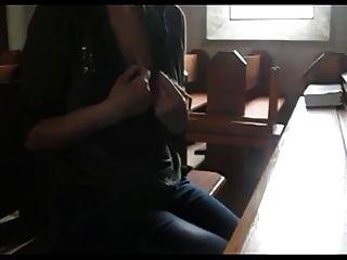 يلهون في كنيسة في إيطاليا