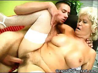 الجدة يحصل مارس الجنس ويحصل على الفم من جيز
