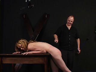 الصغيرة الثدي سيدة يضرب و مثار من قبل سيدها
