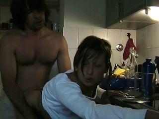 وقحة الغش زوجة مص حبيبها مع سيم في المطبخ