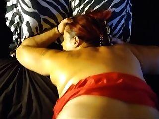 عاهرة في اللباس الأحمر مارس الجنس سرج