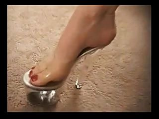 وقحة ناضجة في أحذية عالية الكعب يعطي فوتجوب لطيفة